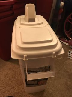8 qt food container with spout & handle