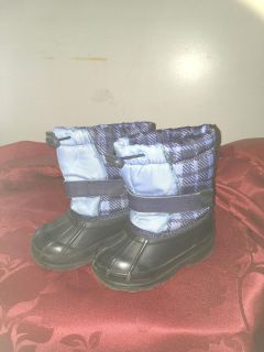 Sz 5 winter boots like new (maybe worn once)
