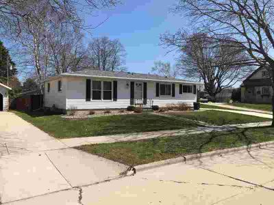 2209 S 14th St Manitowoc, Move in ready! Three BR ranch