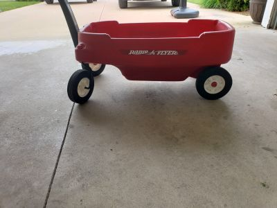 Radio Flyer wagon with working seat belts. EUC, smoke free home. EP porch pick up
