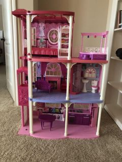 Barbie dream house-working light up fireplace and tv pops up above mantle