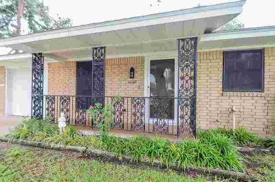 1008 Avenue I El Campo Three BR, LOVE A ONE STORY? This well