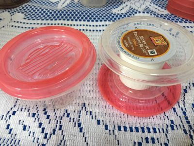 2 plastic containers 2 lids