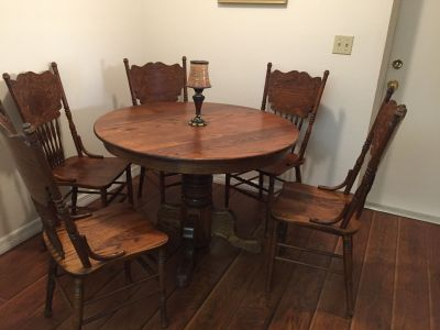 Beautiful solid oak dining room table with 5 chairs and extension