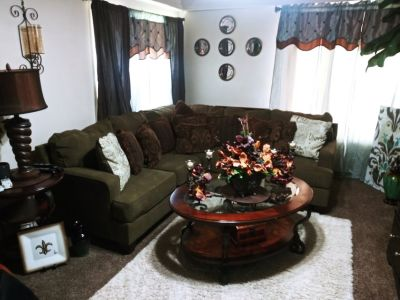 Nice nice beautiful section sofa great condition with end table