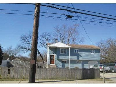 4 Bed 2 Bath Foreclosure Property in West Babylon, NY 11704 - E Little Neck Rd