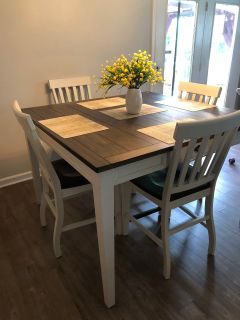 Like new kitchen table and chairs