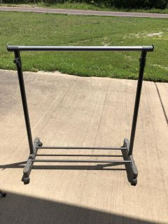 Expandable clothes rack on wheels