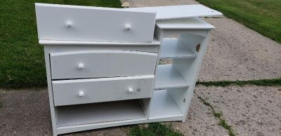 Free changing table dresser