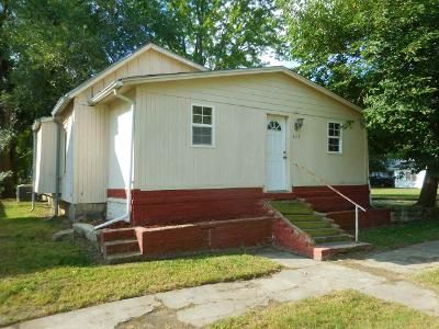 2 Bed 1 Bath Foreclosure Property in Winfield, KS 67156 - E 7th Ave