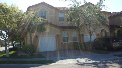 ★ Spacious 3/2 ½  T-House ★ - ☆ - ★ w/ Pool & 1 car Garage ★
