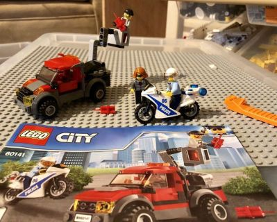 Euc LEGO city set with instructions. Complete. Only the clothes of the robber minifigure are different.Pu near Fisher Park.