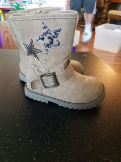 Tan size 5 boots with zipper.