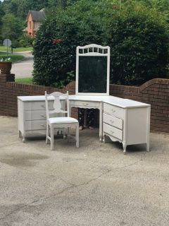 5 Piece Dixie Furniture Bedroom Set/Vanity/Desk