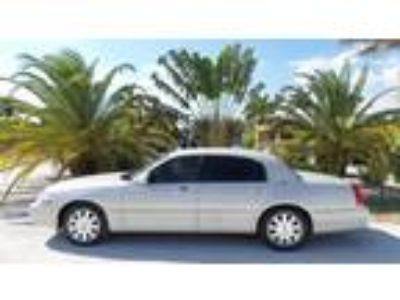Used 2005 LINCOLN TOWN CAR For Sale