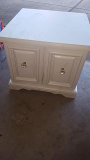 White end table, perfect for project! PPU