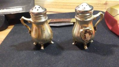 2 small salt and pepper shakers (silver coloured)