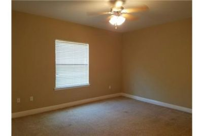 Lease Spacious 3+2.50. Approx 1,592 sf of Living Space. Washer/Dryer Hookups!