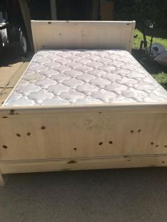 SOLID WOOD QUEEN BED FRAME W/MATTRESS & BOX SPRING