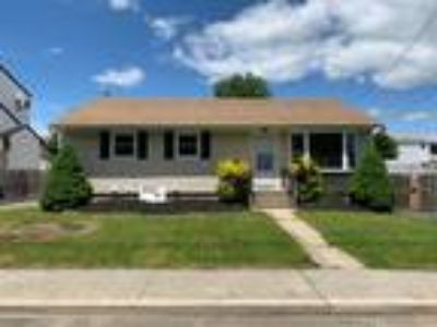 Carle Place: Renovated House Rental