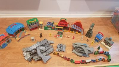 Thomas the train lot, 10 buildings, tracks, 16 trains and misc. Items (e.g. signs)