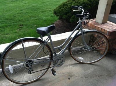$250 OBO Pair of men's and women's Schwinn bicycles -- hardly used