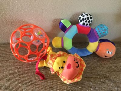 O BALL INFANTINO LION AND FIRST YESRS CATERPILLAR RATTLE