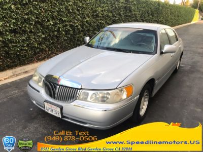 2001 Lincoln Town Car Executive (light gray)