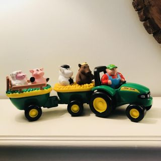 JOHN DEERE TRACTOR WITH ANIMALS WITH BATTERIES ...LIKE NEW!