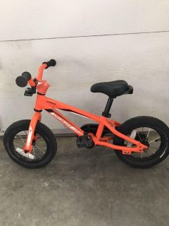 Specialized hotrock with training wheels
