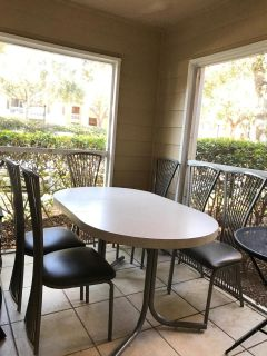 Dining room table w 6 chairs good condition