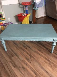 Distressed coffee table Excellent condition!must pick up in Saraland $100