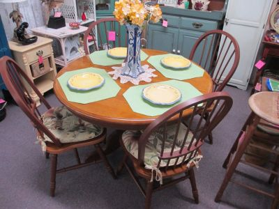 Round Oak Table With 4 Chairs & Cushions