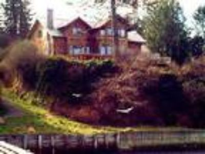 Baby Island Lodge, waterfront sleeps 10 in 6 rooms - House
