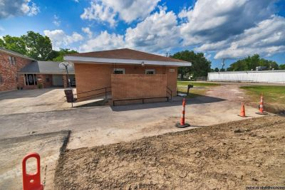 Commercial Building For Lease! On Hwy 90 Great Exposure. Can Be Used For Multi Purposes And Businesses