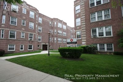 Sunny 1 Bed, 1 Bath with Free Heat In East Rogers Park for Rent!