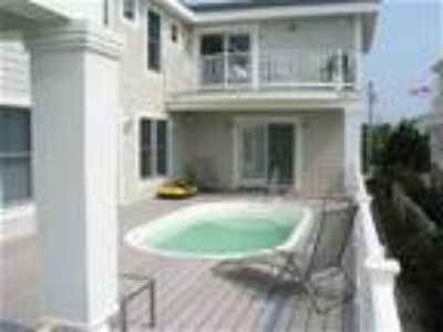 Large Family Friendly Home-Pool, 1 min wlk to beach, hot tub - House