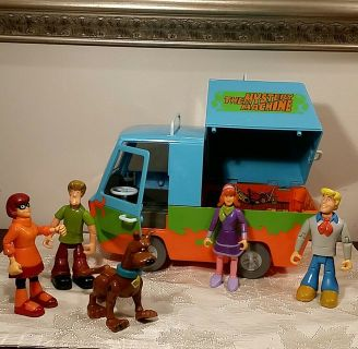 Scooby Doo And Crew Figurines And The Mystery Machine