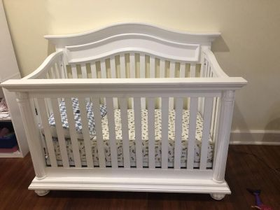 Baby cache convertible crib with mattress and 3 sheets