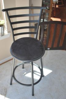 Black chair that the seat turns