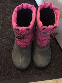 Size 9/10 snow boots. Only worn one season. Purchased at Carsons. Pet & smoke free home.