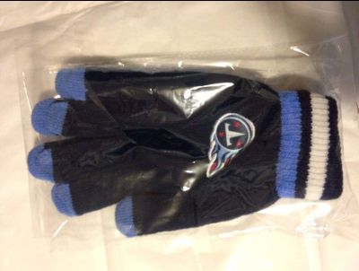 """NEW- IN PACKAGE """"TITANS"""" GLOVES - MATCHES THE """"BEANIE CAP"""" LISTED IN DIFFERENT POST. GREAT GIFT"""