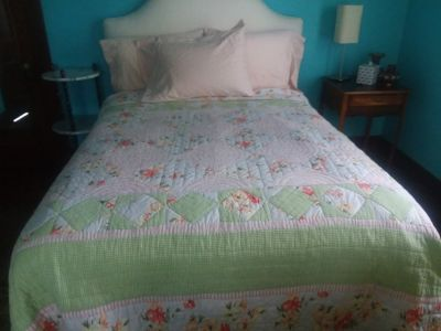 Comforter/Quilt: Queen Size: Perfect Condition!