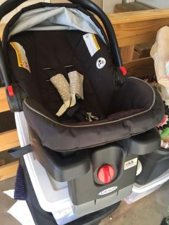 Snugride Click connect 35 car seat/ infant carrier with base