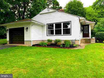 502 10th St Riverton Three BR, This Dynamic Raised Ranch Home is