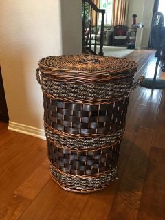 Large Wicker Laundry Hamper! Beautiful but has some wear, mostly under side of Lid. Please see photos.