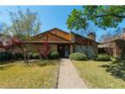 Dallas Real Estate Home for Sale. $374,900 3bd/2.One BA. - Amy Quintana of