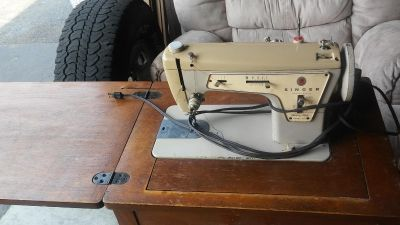 Working Singer sewing machine has pedal in excellent shape call