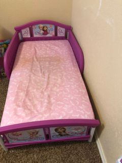 Toddler bed Like new with new fitted sheet