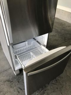Like NEW Stainless Refrigerator/Freezer with ice maker